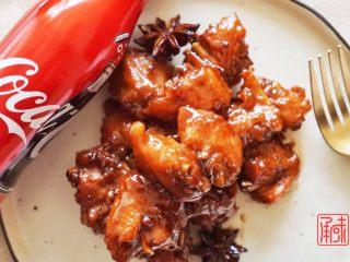 可乐鸡翅配可乐,我需要两碗米饭, 可乐沸腾后,转至小火
