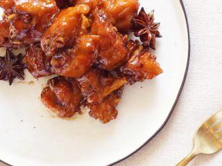 可乐鸡翅配可乐,我需要两碗米饭, 最后收汁后的可乐鸡翅就可以上桌吃了。