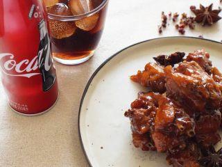 可乐鸡翅配可乐,我需要两碗米饭,小火大概20分钟后,进行收汁,其实很多人这个时候喜欢放一些水淀粉。 我觉得没有不要,你知道稍微比你想的再多收一些汁的时候就刚刚好了。