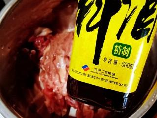 豇豆炒肉,瘦肉提前抓淀粉抓匀,放<a style='color:red;display:inline-block;' href='/shicai/ 718/'>料酒</a>腌制