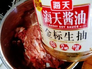 豇豆炒肉,放适量生抽腌制