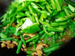 豇豆炒肉,放青椒翻炒