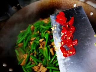豇豆炒肉,加适量干辣椒