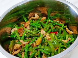 豇豆炒肉,装盘出锅
