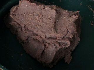 自制红豆沙,不停的翻炒豆泥逐渐黏稠即可。