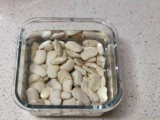 白豆沙,白芸豆洗净,倒入适量清水浸泡过夜。