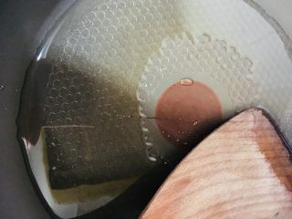 香菇炒油菜,锅中放油烧热