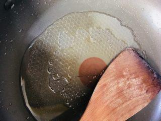 香菇炒油菜,锅中再添油烧热