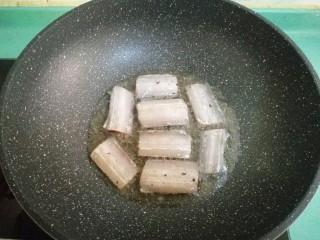 酒酿烧带鱼,放入腌制好的带鱼