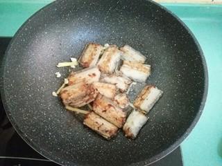 酒酿烧带鱼,放入煎好的带鱼