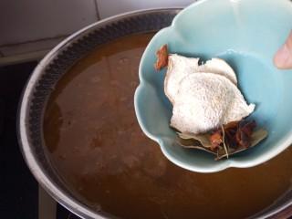 家常红酒牛肉,放陈皮,香叶,八角,大火烧开小火焖煮到牛肉软嫩
