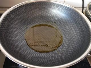家常红酒牛肉,热油锅