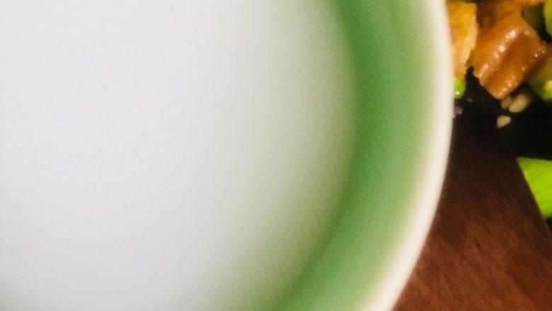 丝瓜炒油条,倒入水淀粉勾芡