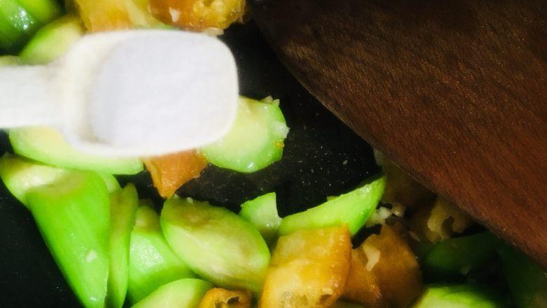 丝瓜炒油条,调入适量的盐继续翻炒