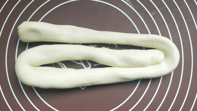 苹果豆沙包,揉一会后,就把面搓成长条,再折回来三折,再搓成长条,再折回来,如此反复六七次。直到把面团揉的特别光滑。不论做馒头还是包子。揉面揉好,做出来表面光滑,而且口感好。