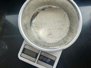 苹果豆沙包,称重100克面粉,我用的中筋面粉。