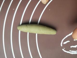 苹果豆沙包,刚才留出来的一小块面团加抹茶粉,揉成绿色面团。
