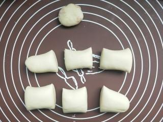 苹果豆沙包,然后预留一点点面团,其他的分成六等份。