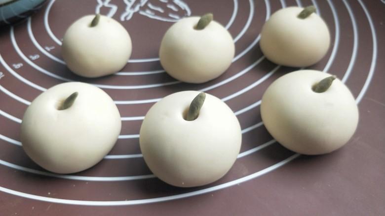 苹果豆沙包,把梗放在每个圆洞里面