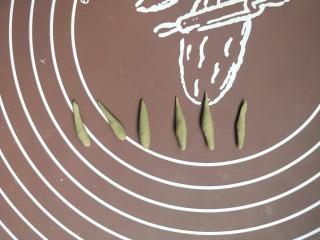苹果豆沙包,然后搓成六个小长条,来做苹果的梗。