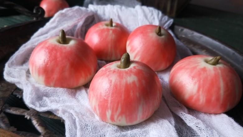 苹果豆沙包,蒸好的豆包,很像红苹果。表面平整光滑。