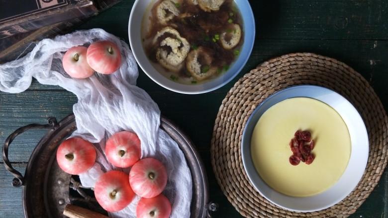 苹果豆沙包,我搭配了牛奶蒸蛋,豆腐紫菜汤做早餐。如果准备早餐吃的话,可以头天晚上做好,第二天早晨复蒸几分钟就可以了。