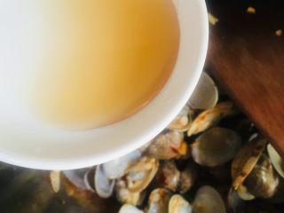 辣炒花蛤,加入料酒继续翻炒片刻
