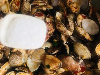 辣炒花蛤,调入适量的盐