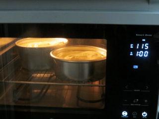 低调的奢华~【巧克力奶油生日蛋糕】,烤箱提前预热。放入中下层,温度上下115度,烤60分钟;时间到后,调整为温度上下120度,烤20分钟。如感觉上色不理想的话,继续调整温度上下180度,烤2分钟