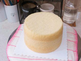 低调的奢华~【巧克力奶油生日蛋糕】,取一个蛋糕放裱花台上,另一个蛋糕切割出需要的高度放上(我家先生不爱夹馅)