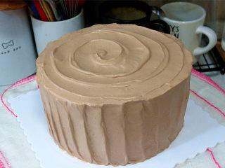 低调的奢华~【巧克力奶油生日蛋糕】,顶部也划出旋转纹路