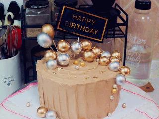 低调的奢华~【巧克力奶油生日蛋糕】,放上生日牌和金银小装饰球,再放几个金银糖球