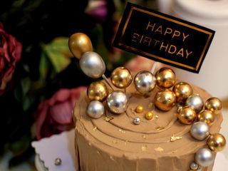 低调的奢华~【巧克力奶油生日蛋糕】,最后撒点金箔点缀~~