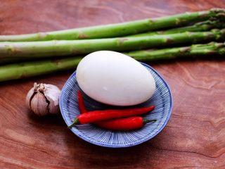 芦笋炒鹅蛋,首先备齐所有的食材。