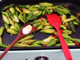 芦笋炒鹅蛋,根据个人的口味加入适量的盐和鸡精调味。