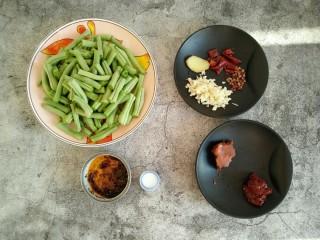 干煸豆角,准备所需食材(豆角洗净掰小段 蒜瓣切末备用)。