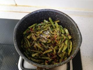 干煸豆角,最后撒一点点熟芝麻即可关火出锅。