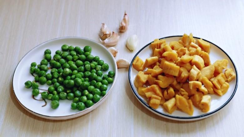 豌豆炒萝卜干,准备好所有食材。