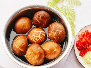 拿肉都不换的素炒香菇,准备好食材,清洗干净,香菇盐水浸泡10分钟。
