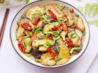 拿肉都不换的素炒香菇,出锅撒上葱花即可。