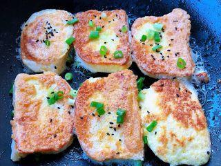 香煎馒头片,两面都煎至金黄色我喜欢吃脆一点的就多煎了一会再撒上葱花和黑芝麻即可出锅享用