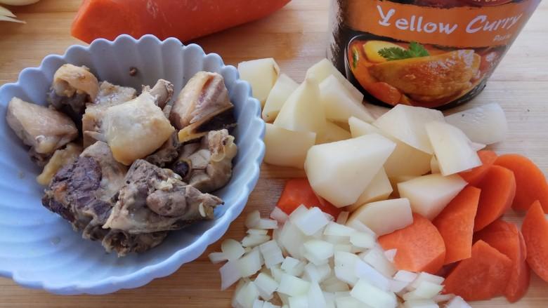 咖喱双蔬鸡,切配好食材,捞出鸡块。