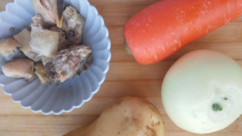 咖喱双蔬鸡,准备好所需食材。  鸡腿块冷水下锅冒一遍。