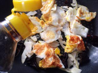 小炒荷包蛋,根据个人口味,添加生抽和糖。