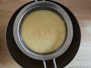芒果冰淇淋,将芒果蛋奶液过筛(这一步很重要哦,必不可少)