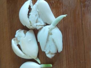 鱼香茄子  新文美食,大蒜压扁剁碎倒入锅中翻炒均匀即可出锅。