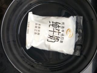 <a href=http://www.7349666.com/shicai/guopin/15776.html target=_blank><u>蔓越莓</u></a>牛奶蒸蛋,牛奶用热水热一下,不需要太烫,温就可以。