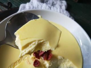 <a href=http://www.7349666.com/shicai/guopin/15776.html target=_blank><u>蔓越莓</u></a>牛奶蒸蛋,舀一勺,很嫩滑,还有奶香味。