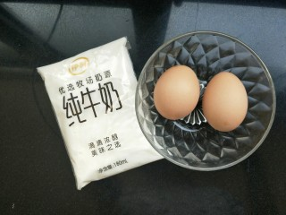 <a href=http://www.7349666.com/shicai/guopin/15776.html target=_blank><u>蔓越莓</u></a>牛奶蒸蛋,准备两个鸡蛋,一袋牛奶。