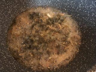 雪菜笋丝汤面,倒入热水没过食材煮沸